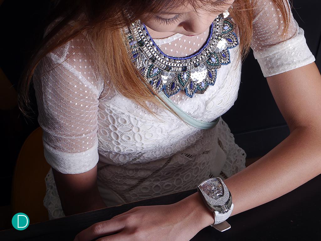 urwerk-106-lotus-white-wrist2